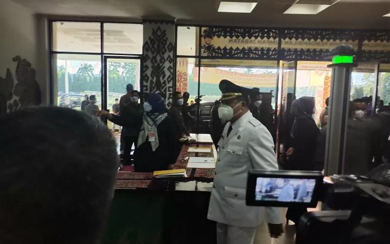 Sejumlah Kepala Daerah menjalani prokes ketat saat datang ke Ruangan Pusiban di lingkungan Kantor Gubernur Provinsi Lampung, Jumat (26/2/2021).  - ANTARA
