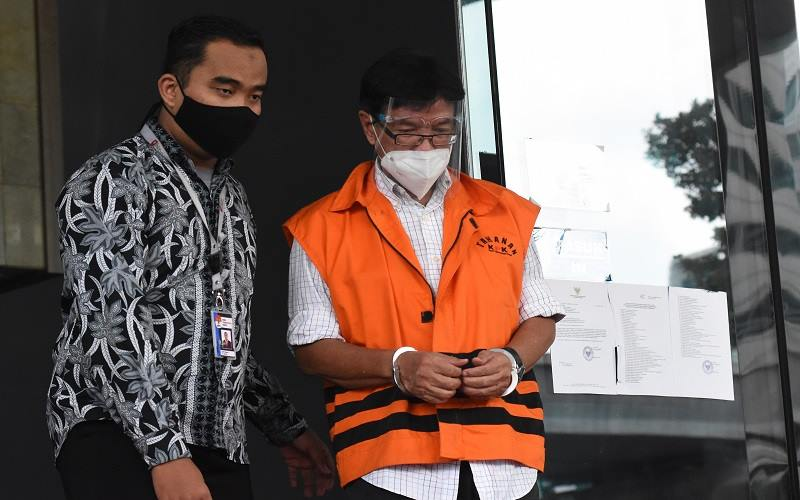 Terdakwa mantan Direktur Teknik dan Pengelola Armada PT Garuda Indonesia (Persero) Tbk Hadinoto Soedigno (kanan) berjalan menuju mobil tahanan usai mengikuti sidang lanjutan secara virtual dalam kasus suap pengadaan pesawat dan mesin pesawat dari Airbus S.A.S dan Rolls-Royce P.L.C pada Garuda Indonesia serta tindak pidana pencucian uang di Gedung KPK, Jakarta, Senin (1/2/2021). Hadinoto menjalani sidang lanjutan dengan agenda pembacaan eksepsi. - Antara
