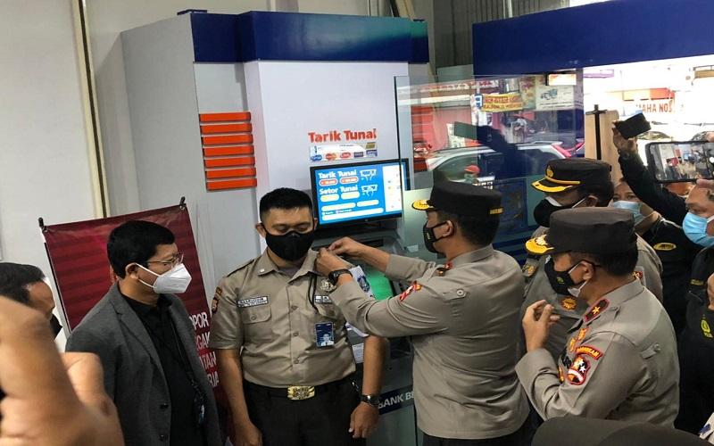 Kakorbinmas Baharkam Polri Irjen Pol Suwondo Nainggolan (keempat kanan) memberikan apresiasi kepada satpam Nasruddin (keempat kiri) atas ketegasannya terhadap pelanggar protokol kesehatan.  - ANTARA