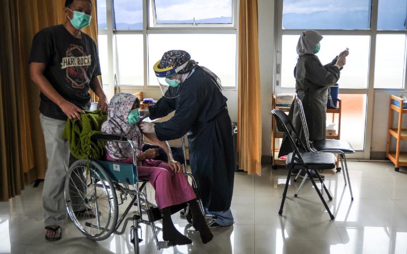 Seorang lansia menjalani penyuntikkan vaksin Covid-19 di Rumah Sakit Al Islam, Bandung, Jawa Barat, Jumat (26/2/2021). Selain Bandung, Kota Mataram juga akan menfasilitasi vaksinasi Covid-19 bagi kalangan lanjut usia (lansia).  - ANTARA