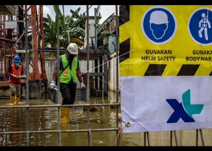 Teknisi berupaya memulihkan kondisi infrastruktur jaringan XL Axiata yang terdampak banjir pada perangkat BTS (Base Transceiver Station) Dempel Lor, Kelurahan Muktiharjo, Kecamatan Pedurungan, Semarang, Jawa Tengah, Jumat (12/2/2021).Selama sepekan terakhir XL Axiata telah mengantisipasi dampak banjir terhadap infrastruktur jaringan BTS di sejumlah wilayah di Jawa Tengah, hingga Jumat (12/2) masih ada kendala aliran listrik pada 10 BTS di Kota Semarang. ANTARA FOTO/Aji Styawan - foc.