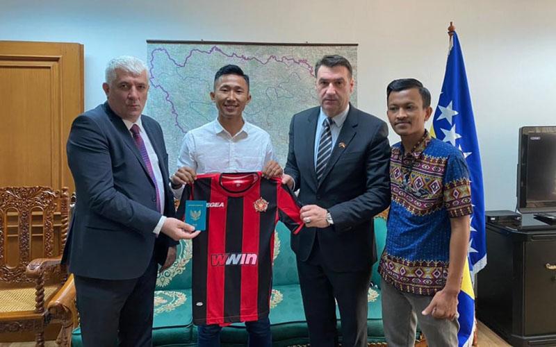 Miftah Anwar Sani (kedua kiri) resmi bergabung dengan Sloboda Tuzla. - Sportsport.ba