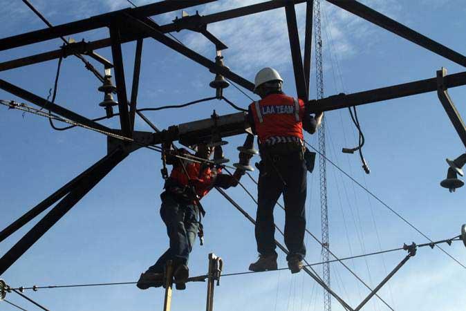 Pekerja memperbaiki jaringan Listrik Aliran Atas (LAA) pascakecelakaan KRL di kawasan Kebon Pedes, Bogor, Jawa Barat, Senin (11/3/2019). - ANTARA/Yulius Satria Wijaya