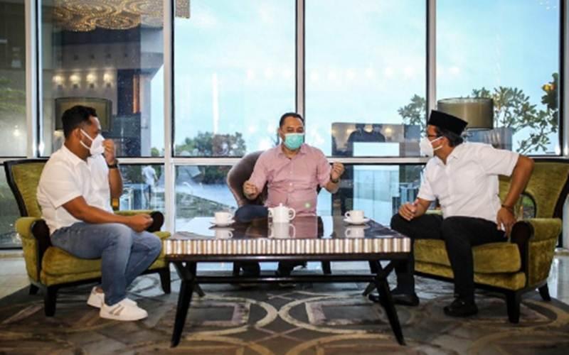 Wali Kota Surabaya terpilih Eri Cahyadi bersama Bupati Sidoarjo terpilih Ahmad Muhdlor Ali dan Bupati Gresik terpilih Fandi Akhmad Yani satu meja membangun kesepahaman, Minggu (21/2/2021)./Antara - HO/Media Center Eri/Armuji