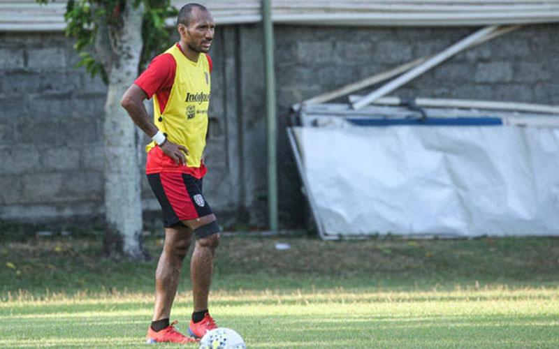 Pemain Bali United Leonard Tupamahu termasuk yang kontraknya diperpanjang. - BaliUtdcom