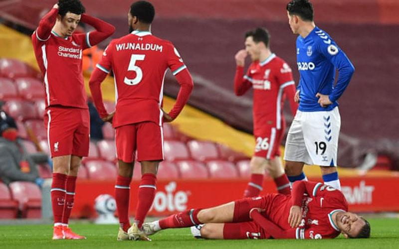 Kapten Liverpool Jordan Henderson tergeletak di lapangan setelah dilanggar Abdoulaye Doucoure - The Guardian