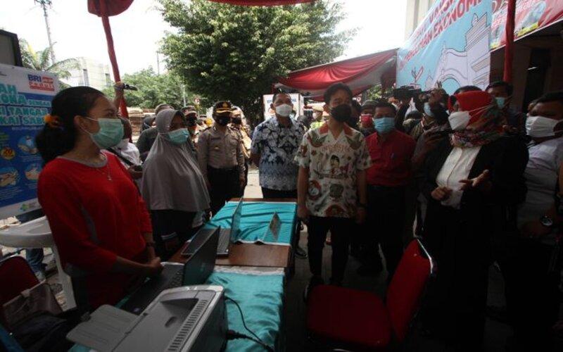 Wali Kota Solo Gibran Rakabuming Raka meninjau persiapan vaksinasi pedagang Pasar Gede Solo seusai dilantik, Jumat (26/2/2021). - JIBI/Nicolos Irawan.