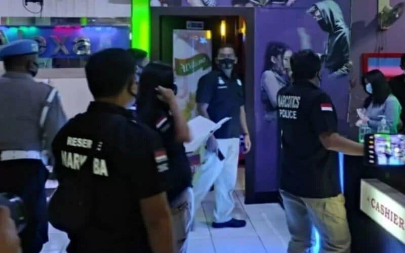 Petugas gabungan TNI/Polri saat melakukan razia di tempat hiburan malam di Kota Semarang, Jumat (26-2-2021) malam. - Antara/Humas Polda Jateng