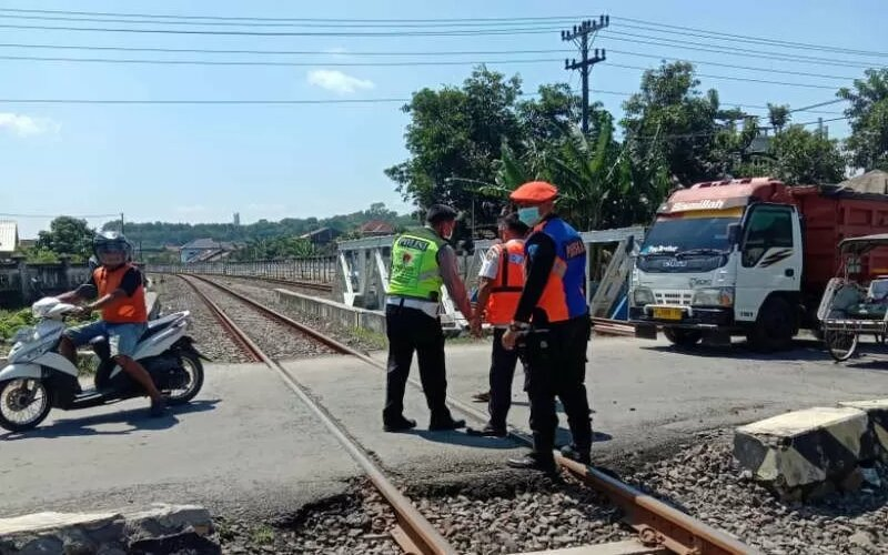 Petugas mengecek lokasi kecelakaan KA yang menabrak pesepeda di perlintasan antara Stasiun Mangkang dan Kaliwungu di Kendal, Sabtu (27-2-2021). - Antara/Humas PT KAI Daop 4 Semarang
