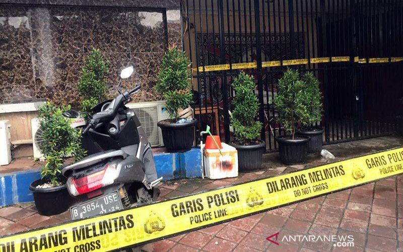 Kafe RM yang menjadi lokasi penembakan diberi garis polisi di Jalan Lingkar Luar Barat Cengkareng, Kamis (25/2/2021). ANTARA/Devi Nindy - am.