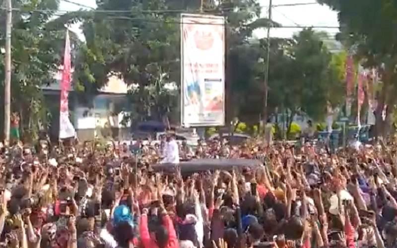 Tangkapan layar video yang menampilkan Presiden Joko Widodo berada di tengah kerumunan warga saat kunjungan kerja ke Maumere, NTT - Twitter