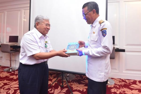 Gubernur Sulawesi Selatan Nurdin Abdullah (kanan), dan Direktur PT Kawasan Berikat Nusantara KBN Sattar Taba saat bertukar cendramata dalam pertemuan di Makassar, Rabu, (22/5). - Antara