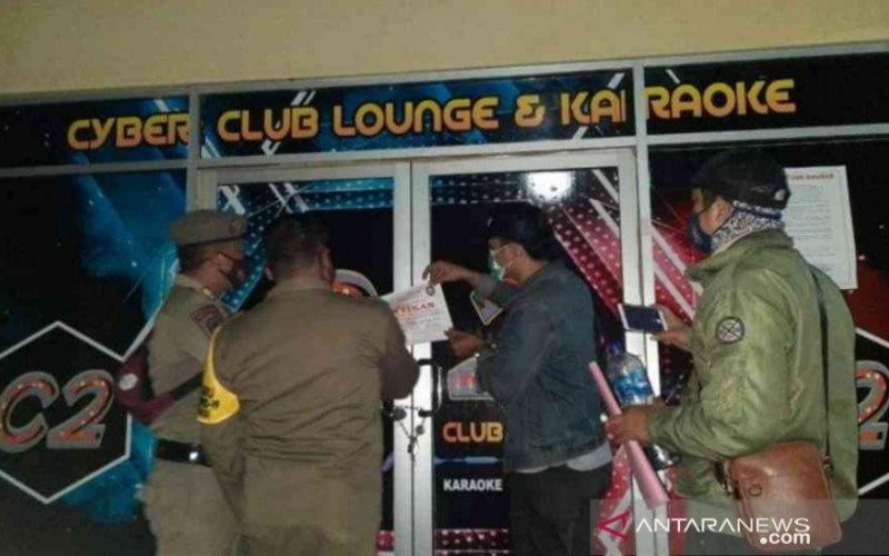 Petugas Satpol PP Kota Bekasi, Jawa Barat, melakukan penyegelan salah satu tempat usaha yang melanggar ketentuan PPKM di wilayah hukumnya. - Antara/Pradita Kurniawan Syah).