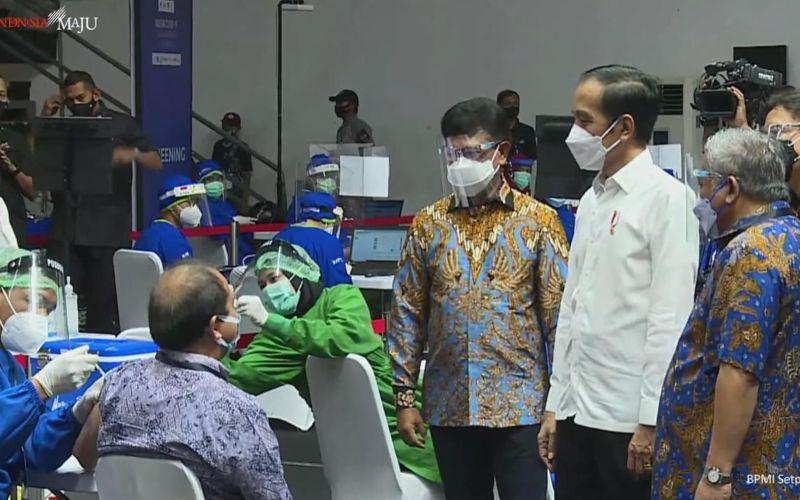 Presiden Joko Widodo meninjau langsung pelaksanaan vaksinasi Covid/19 kepada wartawan di Hall Basket Senayan, Jakarta, Kamis 25 Februari 2021 / Youtube Setpres
