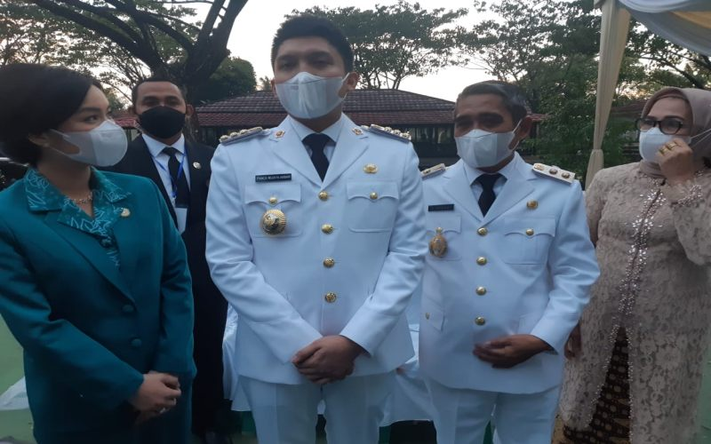 Bupati Kabupaten Ogan Ilir Panca Wijaya Akbar (kedua dari kiri) bersama Wakil Bupati Ogan Ilir Ardani memberikan keterangan kepada wartawan usai pelantikan. Bisnis/Dinda Wulandari