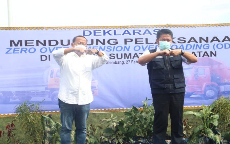 Gubernur Sumsel Herman Deru (kanan) bersama Dirjen Perhubungan Darat Budi Setyadi berpose bersama saat deklarasi mendukung pelaksanaan zero ODOL di Sumsel. istimewa