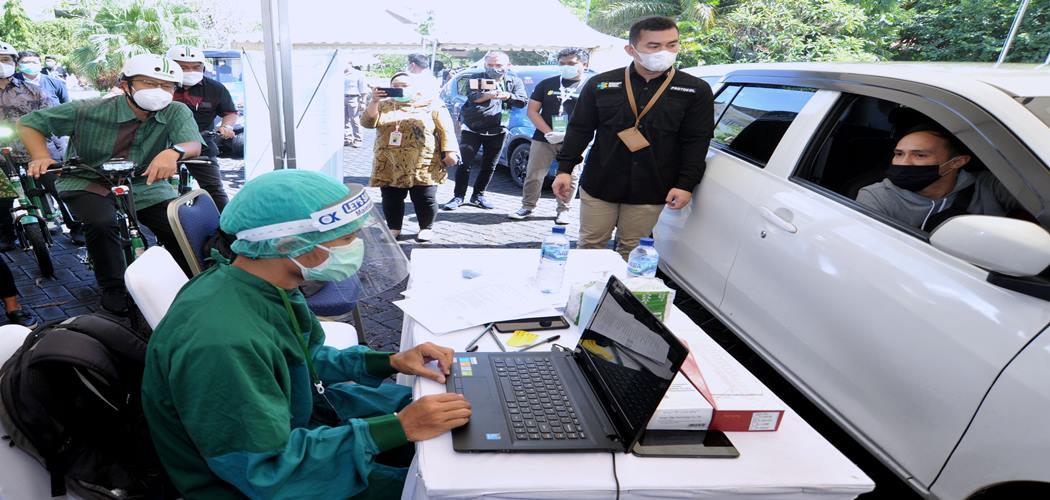 Menteri Kesehatan Budi Gunadi Sadikin (kiri) meninjau pelaksanaan vaksinasi Covid-19 dengan sistem 'drive thru' di Nusa Dua, Badung, Bali, Minggu (28/2/2021). Layanan vaksinasi dengan sistem 'drive thru' yang dilaksanakan Kementerian Kesehatan berkolaborasi dengan Grab dan Good Doctor tersebut merupakan layanan pertama yang dihadirkan di kawasan Asia Tenggara guna membantu mempercepat pelaksanaan vaksinasi Covid-19 di Indonesia. - Antara