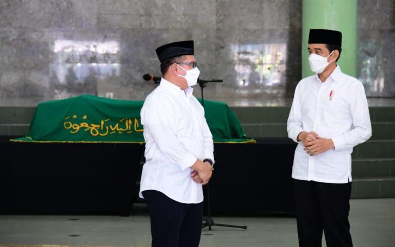 Presiden Joko Widodo melayat ke mendiang Artidjo Alkostar di Masjid Ulil Albab,Kampus Terpadu Universitas Islam Indonesia (UII), Yogyakarta pada Senin (1/3 - 2021).