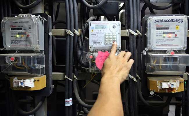 Pemerintah memberikan stimulus dalam subsidi listrik hingga Maret 2021. Warga memeriksa meteran listrik prabayar di Rumah Susun Benhil, Jakarta, Selasa (11/02/2020). Bisnis - Eusebio Chrysnamurti