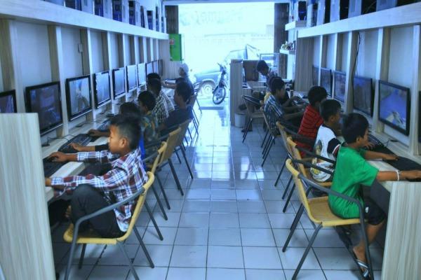 Anak-anak bermain game online di sebuah warnet. - Ilustrasi/indigos.com