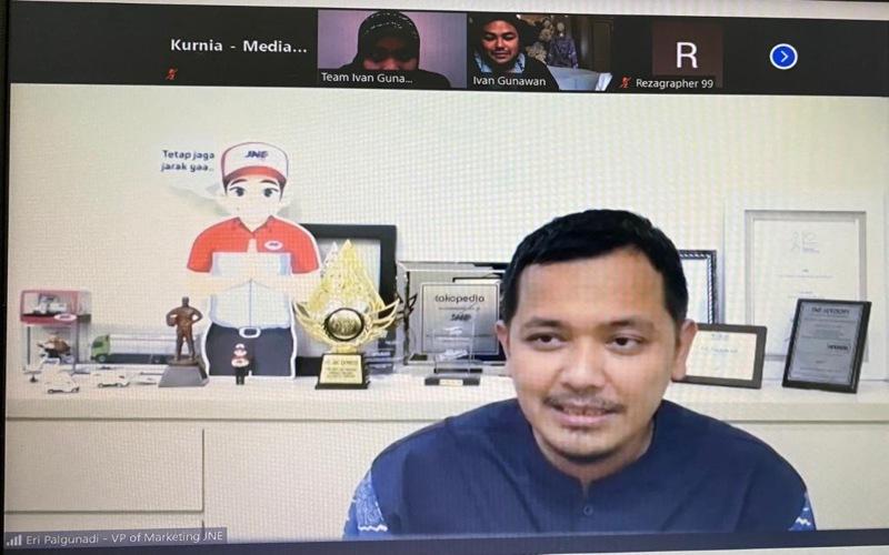 Presiden Direktur JNE M. Feriadi dalam acara fahion show koleksi busana Ivan Gunawan yang disiarkan secara virtual pada Kamis (25/2 - 2021). JNE memberikan promo gratis ongkir untuk pembelian Mandjha Hijab & Khalif Men's Wear Raya Collections Ivan Gunawan.