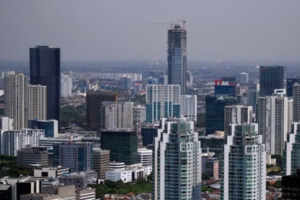 Pemandangan deretan gedung-gedung pencakar langit di Jakarta, Selasa (31/3). Berdasarkan data dari Dinas Kebakaran DKI Jakarta sebanyak 15 persen dari 891 gedung di Jakarta belum memenuhi standar keselamatan dan pencegahan dari bahaya kebakaran. - Antara