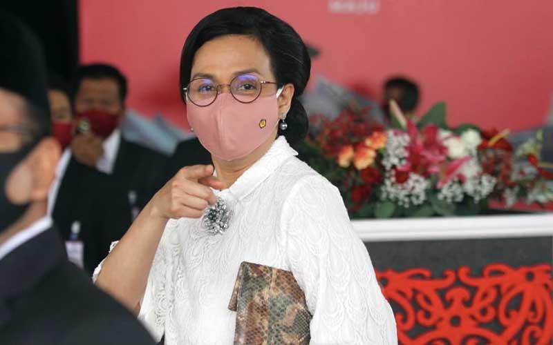 Menteri Keuangan Sri Mulyani Indrawati saat tiba di depan Ruang Rapat Paripurna I untuk menghadiri Pembukaan Masa Persidangan I Tahun Sidang 2020-2021 di Kompleks Parlemen, Jakarta, Jumat (14/8/2020). Bisnis - Arief Hermawan P