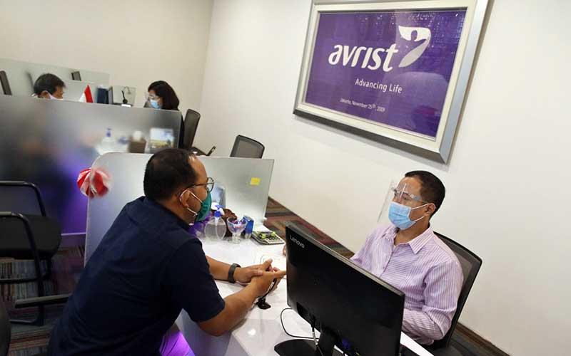 Karyawan melayani nasabah di Kantor Avrist Assurance, Jakarta, Senin (24/8/2020). Bisnis - Eusebio Chrysnamurti