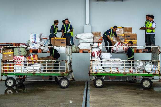Petugas beraktivitas di Terminal Kargo dan Pos Bandara Jenderal Ahmad Yani yang berada di lokasi baru seusai diresmikan, di Semarang, Jawa Tengah, Rabu (23/1/2019). - ANTARA/Aji Styawan