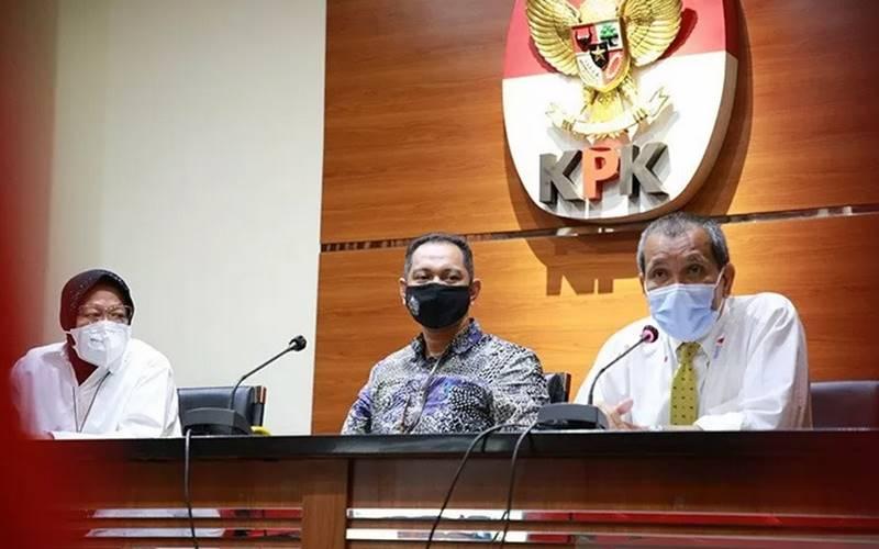 Menteri Sosial Tri Rismaharini, Wakil Ketua KPK Nurul Ghufron dan Deputi Pencegahan KPK Pahala Nainggola dalam konferensi pers di gedung KPK Jakarta pada Senin (11/1/2021). - Antara