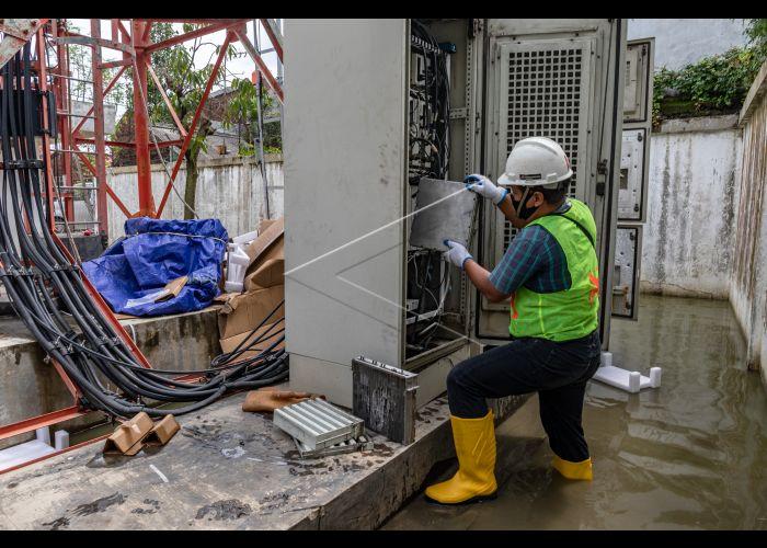 Foto: Teknisi berupaya memulihkan kondisi infrastruktur jaringan XL Axiata yang terdampak banjir pada perangkat BTS (Base Transceiver Station) Dempel Lor, Kelurahan Muktiharjo, Kecamatan Pedurungan, Semarang, Jawa Tengah, Jumat (12/2/2021).Selama sepekan terakhir XL Axiata telah mengantisipasi dampak banjir terhadap infrastruktur jaringan BTS di sejumlah wilayah di Jawa Tengah, hingga Jumat (12/2) masih ada kendala aliran listrik pada 10 BTS di Kota Semarang. ANTARA FOTO/Aji Styawan - foc.