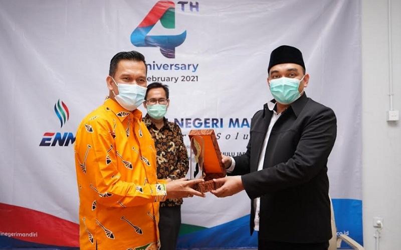 Kepala Dinas Energi dan Sumber Daya Mineral (ESDM) Riau Indra Agus Lukman (kiri) bersama Diretur Utama PT MUJ Begin Troys - Bisnis/Wisnu Wage