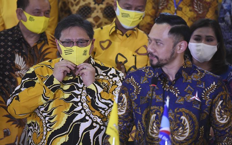 Ketua Umum Partai Golkar Airlangga Hartarto (kiri) bersama Ketua Umum Parta Demokrat Agus Harimurti Yudhoyono (kanan) memberikan keterangan pers seusai melakukan pertemuan di DPP Partai Golkar, Jakarta, Kamis (25/6/2020). Kunjungan Ketua Umum Partai Demokrat itu membahas Pilkada serentak 2020 serta membahas pembangunan perekonomian saat pandemi COVID-19 ini. ANTARA FOTO - Hafidz Mubarak A