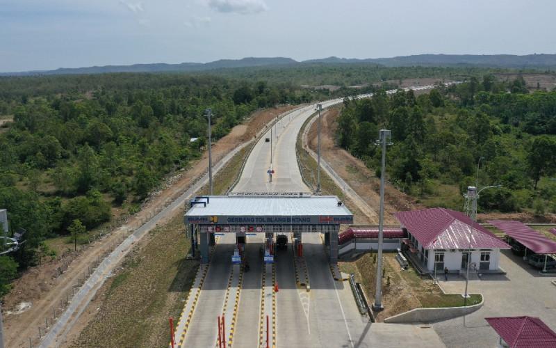 Gerbang Tol Blang Bintang. PT Hutama Karya (Persero) (Hutama Karya) terus berupaya menjalankan mandat pemerintah untuk menyelesaikan pembangunan Jalan Tol Trans Sumatera (JTTS) sepanjang 2.765 km.  - Hutama Karya\n\n