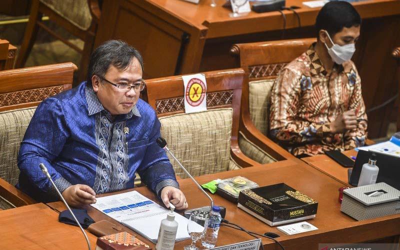 Menristek/Kepala BRIN Bambang Brodjonegoro (kiri) didampingi Wamen Kesehatan Dante Saksono Harbuwono (kanan) menyampaikan paparan saat Rapat Dengar Pendapat (RDP) dengan Komisi IX DPR di Kompleks Parlemen, Senayan, Jakarta, Rabu (3/2/2021). /ANTARA FOTO/Muhammad Adimaja - wsj.