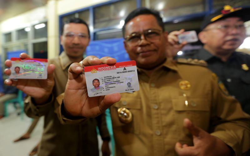 Wali Kota Banda Aceh Aminullah Usman (tengah) dan Ketua DPRK Farid Nyak Umar (kiri) memperlihatkan Surat Izin Mengemudi yang cerdas (Smart SIM) milik warga usai menandatangani zona integritas di Mapolresta Banda Aceh, Aceh, Senin (10/2/2020). Smart SIM yang diluncurkan pada akhir September 2019 tersebut memudahkan warga untuk mengingat masa berlaku, dapat dijadikan uang elektronik serta memiliki beberapa keunggulan lainnya. -  Antara / Irwansyah Putra