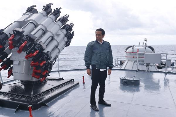 Presiden Joko Widodo saat meninjau KRI Imam Bonjol 383 usai memimpin rapat terbatas tentang Natuna di atas kapal perang tersebut saat berlayar di perairan Natuna, Kepulauan Riau, Kamis (23/6/2016). - Antara