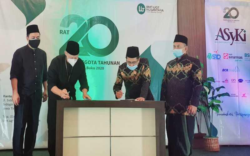 penandatanganan kerja sama Bank Sinarmas Unit Usaha Syariah dengan Koperasi Simpan Pinjam Syariah BMT UGT Nusantara, Pondok Pesantren Sidogiri di kantor pusat yang berlokasi di Sidogiri, Pasuruan Jawa Timur. - Istimewa