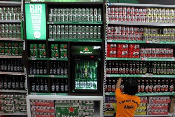 Karyawati menata produk minuman beralkohol di sebuah pusat perbelanjaan di Jakarta, Senin (27/7). - Jibi/Dwi Prasetya
