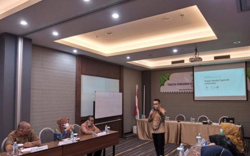 Kepala Perwakilan Bursa Efek Indonesia (BEI) Provinsi Aceh Thasrif Murhad dalam sosialisasi investasi saham di Banda Aceh. - ANTARA