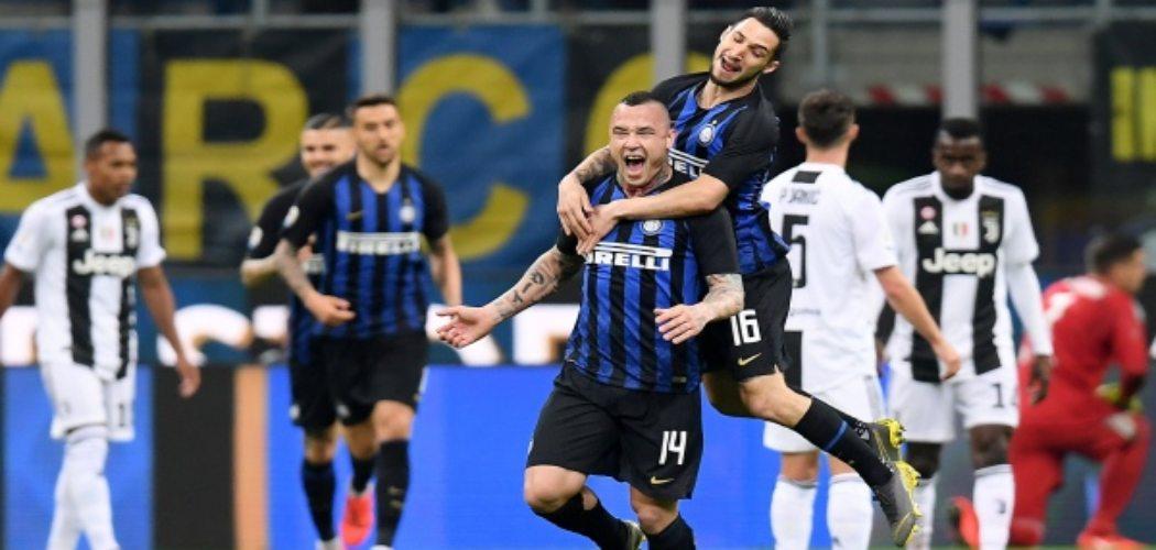 Radja Nainggolan merayakan gol bersama Matteo Politano saat Intermilan menghadapi Juventus, Minggu (28/4/2019) dini hari WIB - REUTERS/Daniele Mascolo