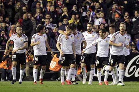 Para pemain Valencia merayakan gol - Reuters/Heino Kalis