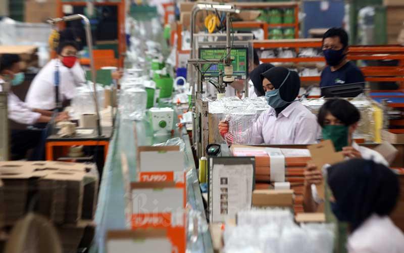 Ilustrasi pekerja menyelesaikan pembuatan perangkat alat elektronik. Bisnis - Abdullah Azzam