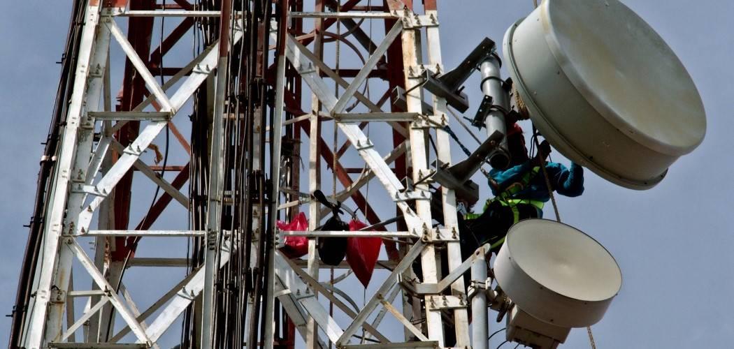 Ilustrasi - Pekerja melakukan penggantian antena pada menara BTS di Pulau Pramuka, Kepulauan Seribu, Jakarta. - Antara / R. Rekotomo.