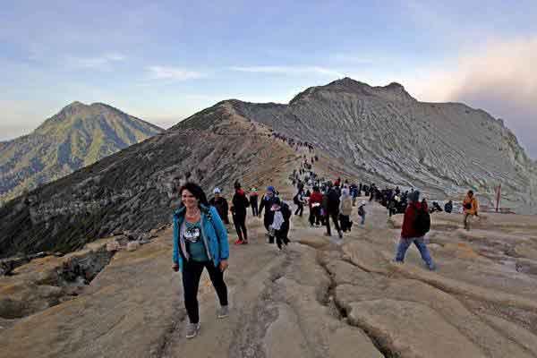 Wisatawan memadati kaldera kawah Gunung Ijen Banyuwangi, Jawa Timur, Minggu (22/10). - Antara/Budi Candra Setya