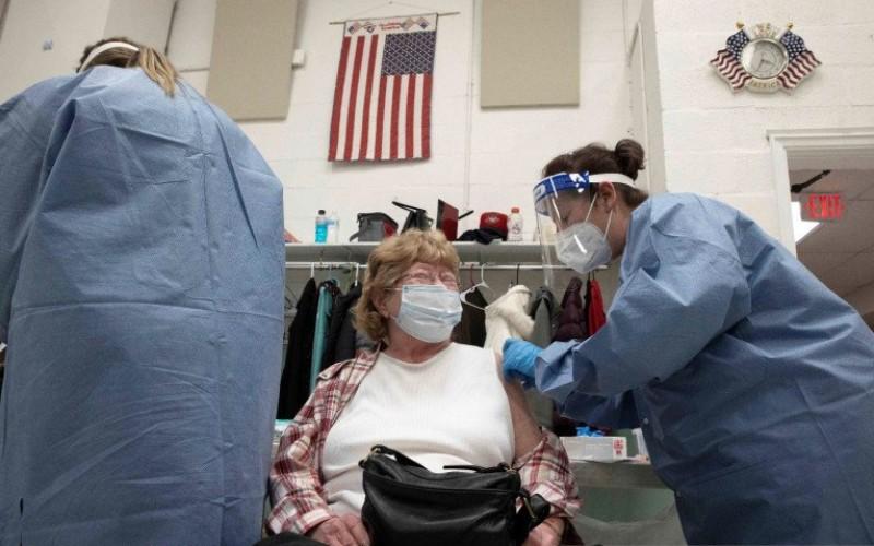 Maude Sweeney, 78, dari St. Albans, Virginia Barat menerima vaksin virus corona (COVID-19) di St. Albans, Virginia Barat, Amerika Serikat, Jumat (12/2/2021)/Antara Foto - Reuters/Stephen Zenner.