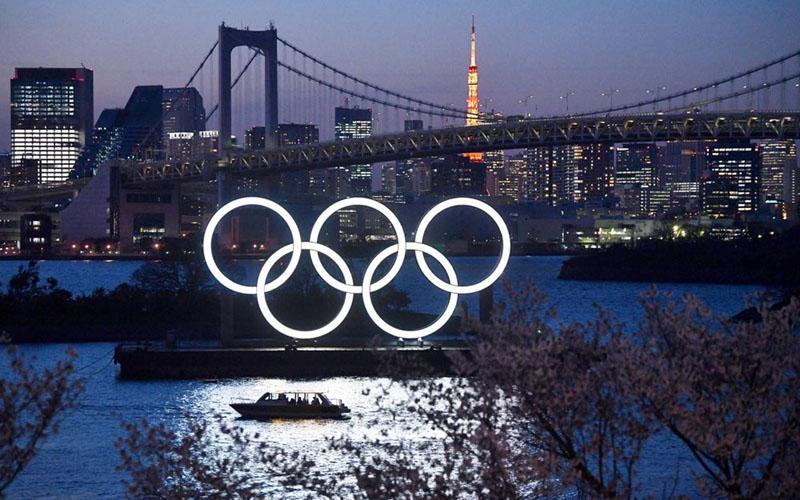 Logo Olimpiade terlihat di salah satu bagian Kota Tokyo, Jepang. - Bloomberg