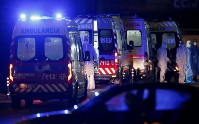 Sejumlah ambulans berisi pasien terinfeksi Covid-19 mengantre di depan Rumah Sakit Santa Maria, tempat para pasien tersebut dipindahkan dari -rumah rumah sakit lain akibat tak berfungsinya pasokan oksigen di tengah pandemi virus corona, di Lisbon, Portugal, Selasa (26/1/2021). - Antara/Reuters