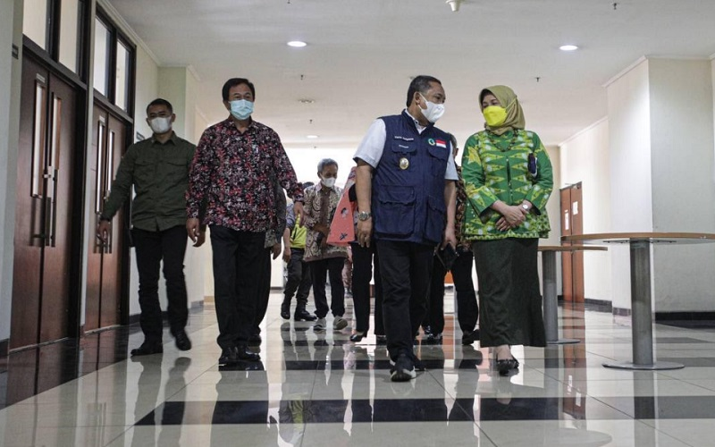 Wakil Wali Kota Bandung Yana Mulyana usai mengikuti konferensi pers Uji Klinis Vaksin Rekombinan di RSP Unpad.