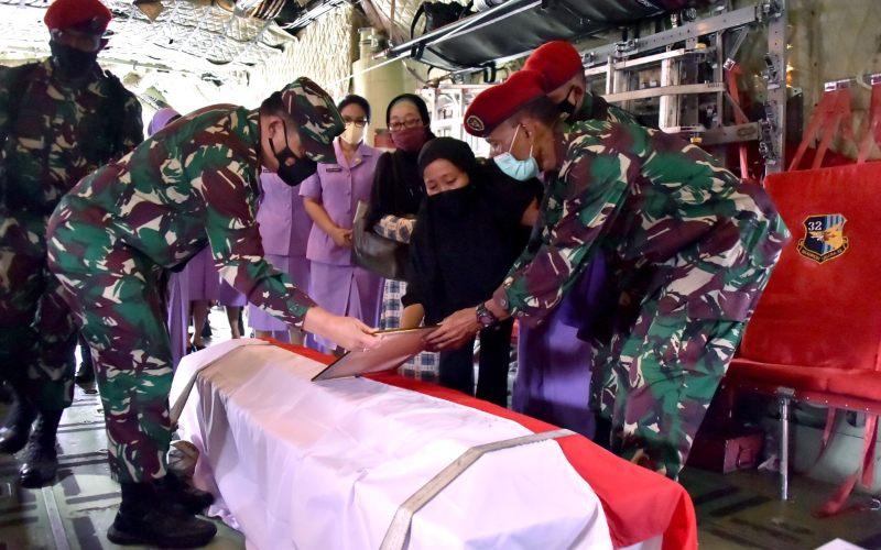 Jenazah Prajurit TNI Kopda Anumerta Dedy Irawan disambut pejabat teras TNI dan keluarga di Lanud Halim Perdanakusuma, Selasa (2/3/2021) 13.30 WIB - Twitter/@Puspen_TNI.